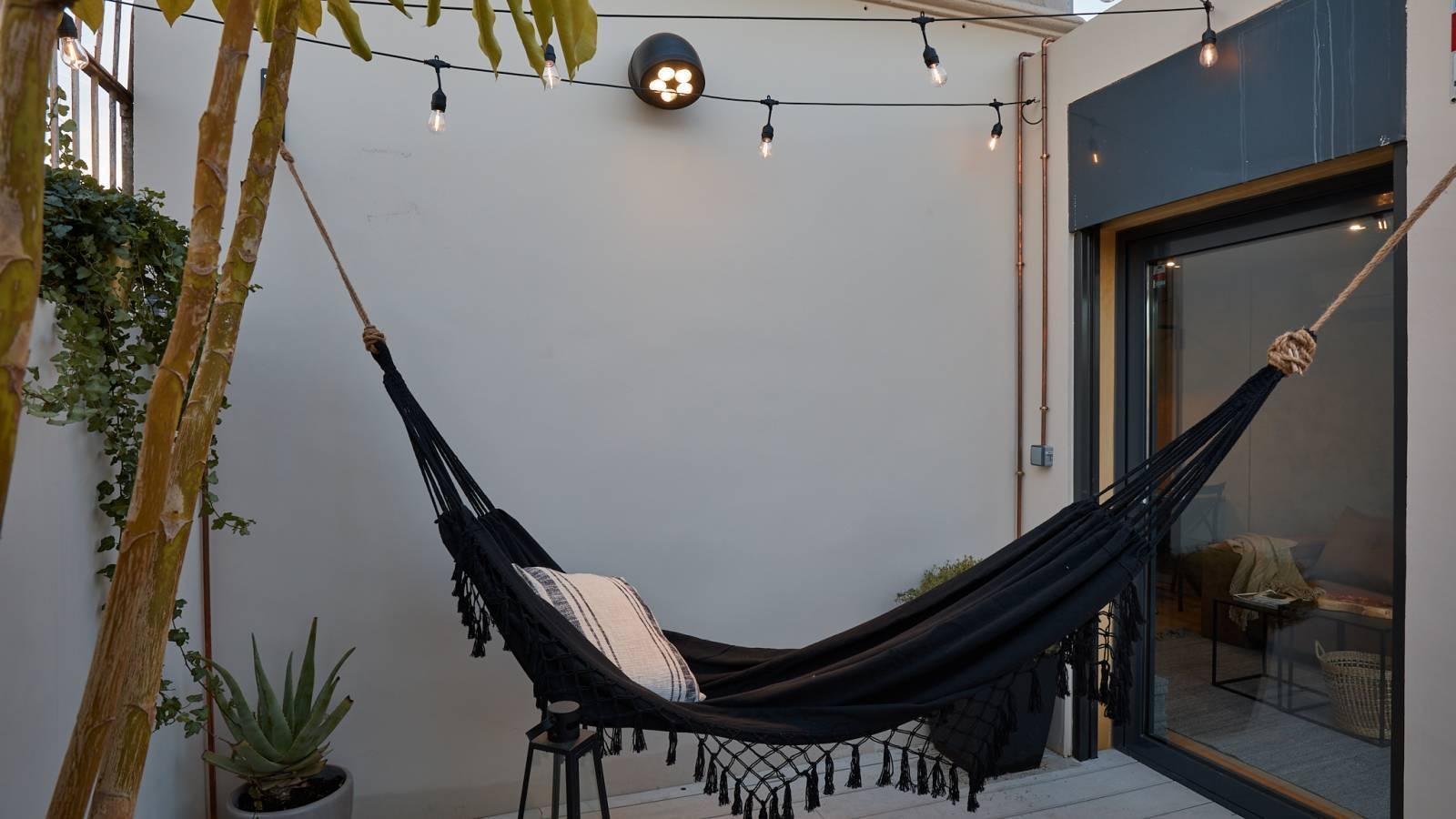 Una sala de estar  Descripción generada automáticamente con confianza baja