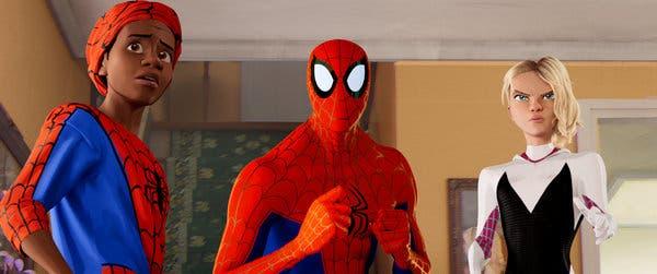 """Güncel """"Örümcek Adam: Örümcek Ayetine"""" ait Örümcekler: Soldan, (Miles Morales,) seslendiren Shameik Moore;  Peter Parker (seslendiren Chris Pine ve Jake Johnson);  ve Gwen Stacy (seslendiren Hailee Steinfeld)."""