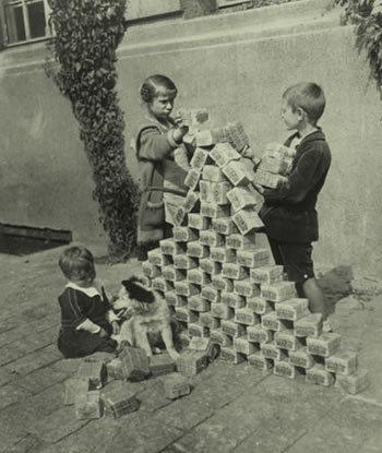Trẻ em Đức dùng tiền chơi xếp hình