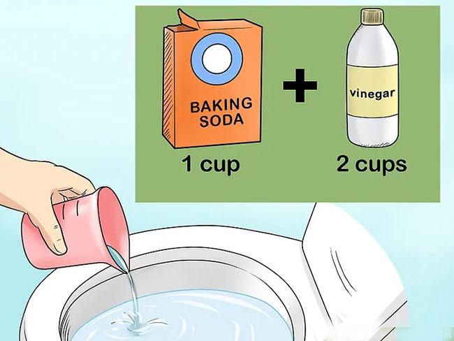 Các bạn có thể xử lý bồn cầu nghẹt tại nhà bằng hỗn hợp baking soda, giấm, nước nóng