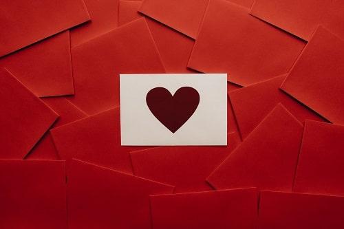 Walentynki, serce symbol święta zakochanych na walentynkowej karcie.