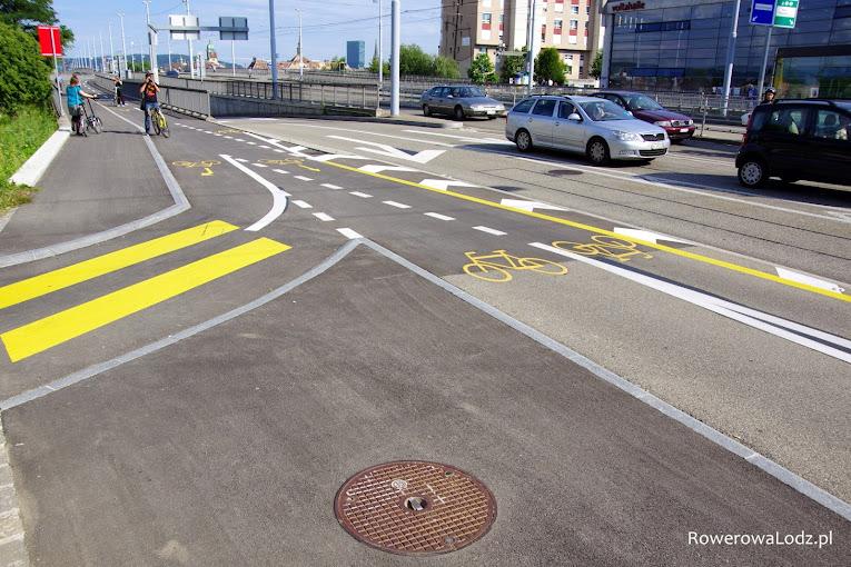 Dość skomplikowane skrzyżowanie dwukierunkowych dróg dla rowerów.