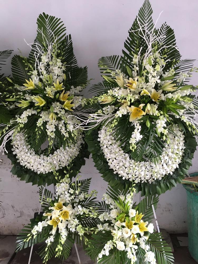 Ảnh có chứa hoa, cây, bàn Mô tả được tạo tự động