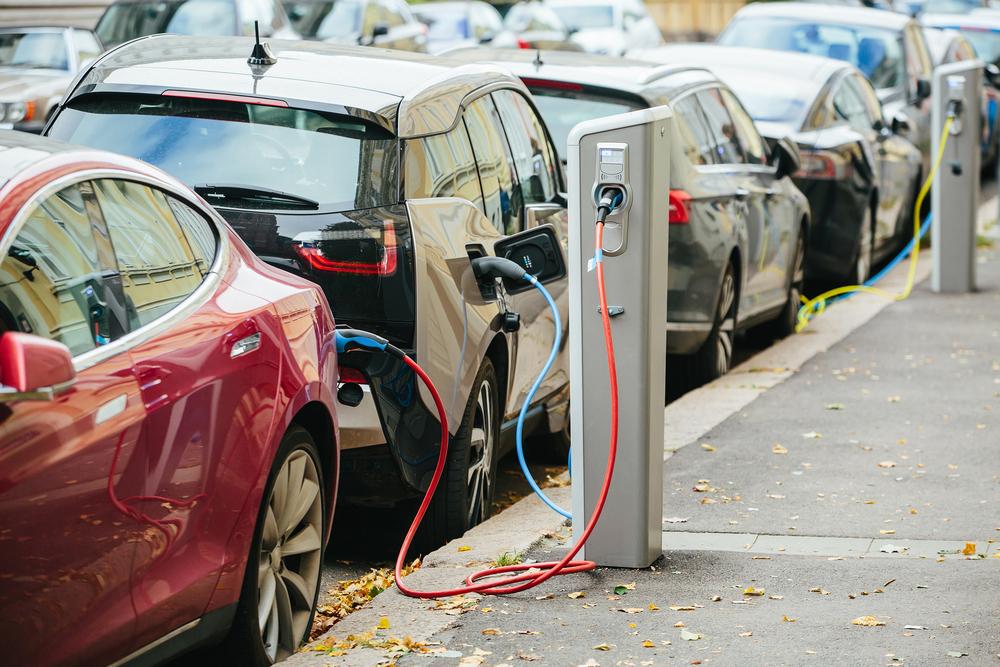 Fabricação de veículos elétricos e nova infraestrutura de recarga podem ser oportunidades de geração de emprego. (Fonte: Shutterstock)