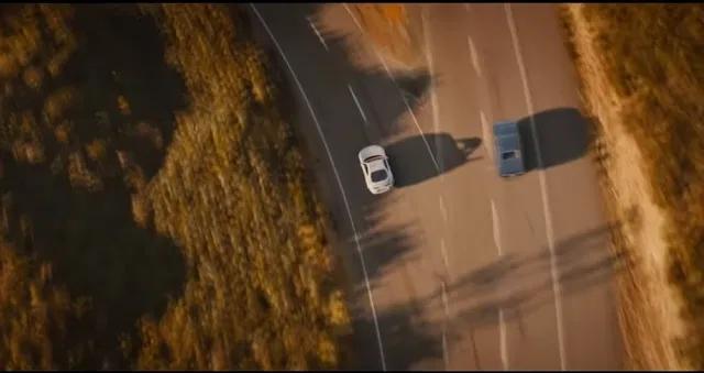 Imagem mostra bifurcação em uma rodovia, com dois carros  indo cada um para uma direção.