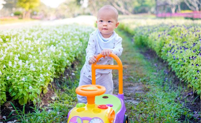 menggunakan alat untuk membantu anak belajar berjalan