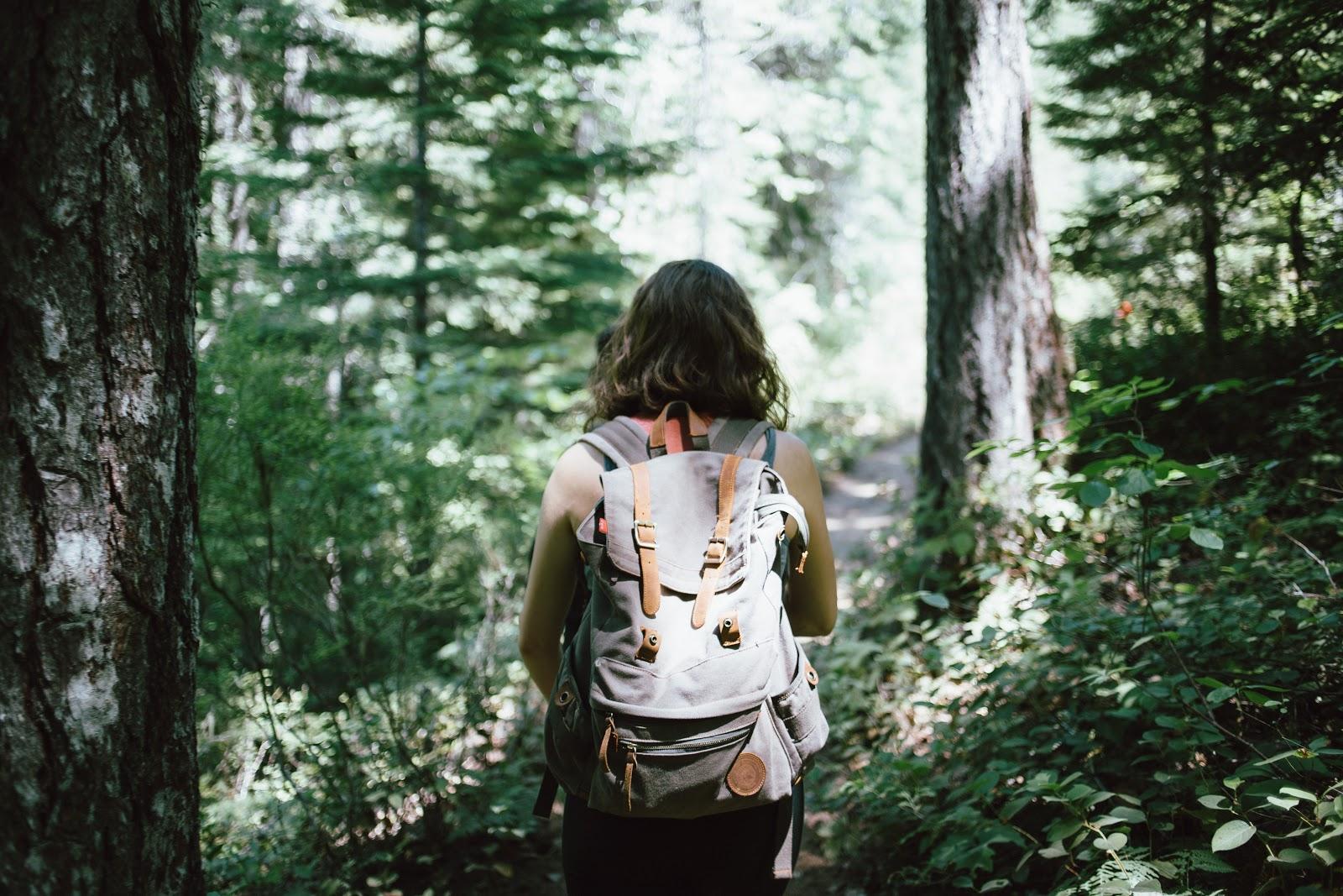 žena v přírodě s batohem
