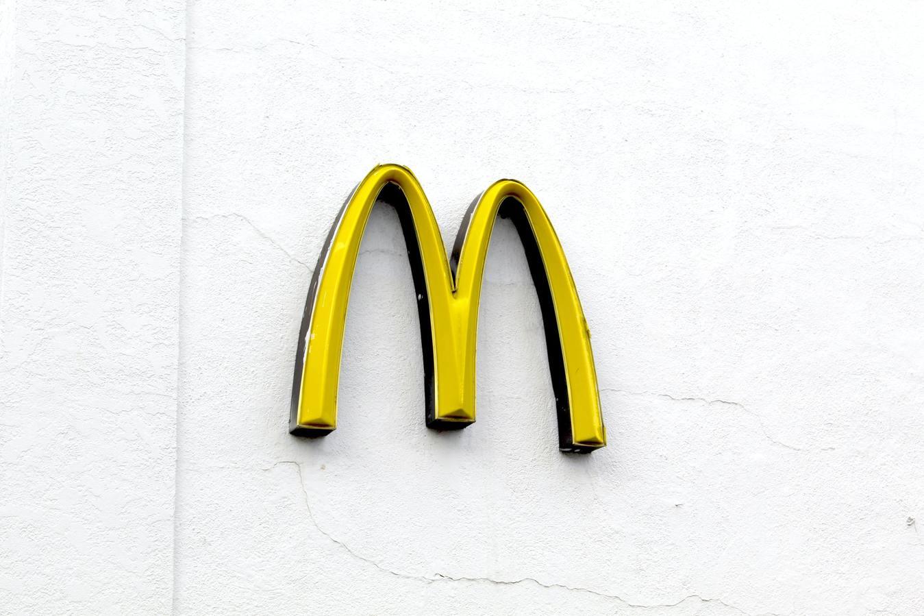Złote łuki McDonalds na białym tle