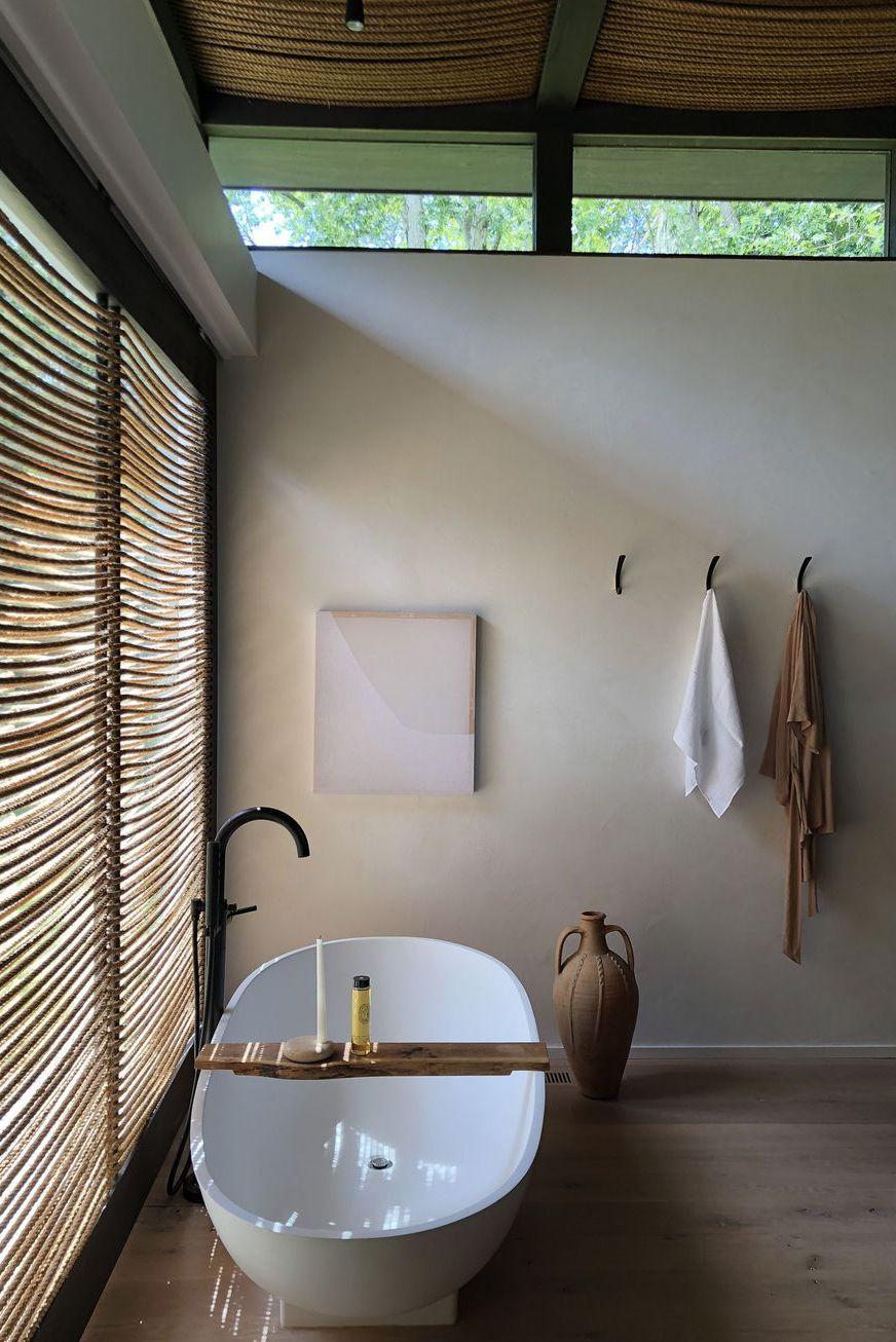 Inspirasi desain kamar mandi unik dengan elemen tali manila pada dinding dan langit-langit - source: hgtv.com
