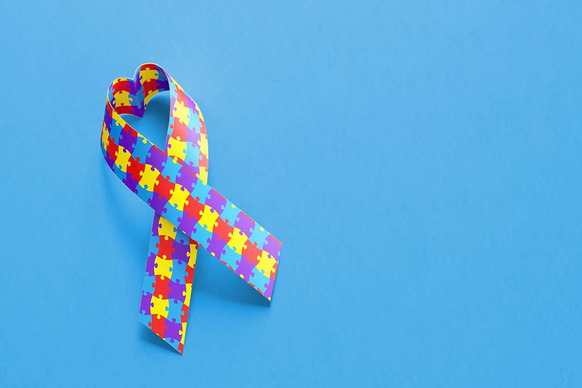 Símbolos do autismo: a fita de conscientização do autismo é formada por peças de quebra-cabeças nas cores azul, vermelho, amarelo e lilás (podem variar nas cores)