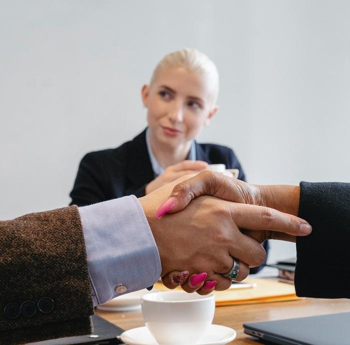 Reclama a tus deudores mediante vías amistosas, como el arbitraje y la conciliación judicial