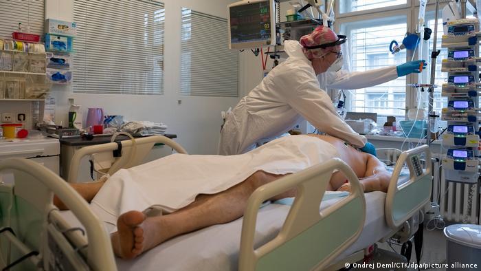 Хворий на COVID-19 у реанімації Університетської лікарні імені Томаєра в Празі