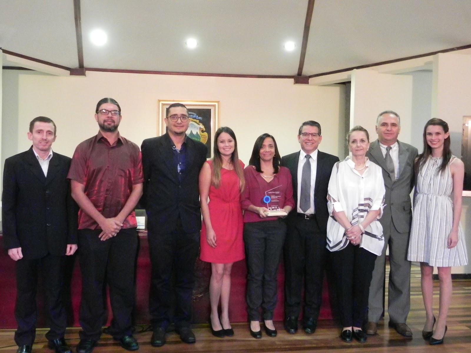 Miembros colaboradores del Traductor LESCO y autoridades institucionales estuvieron presentes en Casa Presidencial para la entrega del reconocimiento. (Foto: OCM)