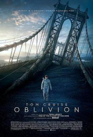 Tom Cruise en el papel de Comandante de la NASA cruzando el puente de San Francisco en ruinas