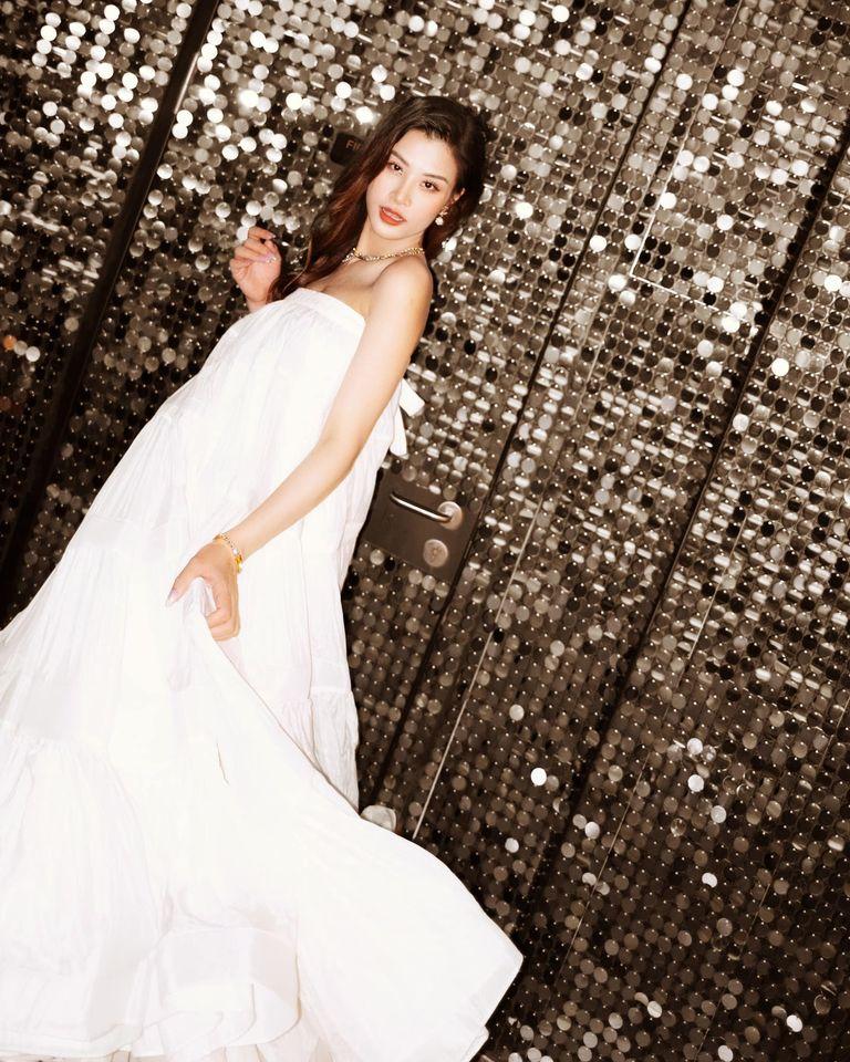 Mẹ bầu Đông Nhi diện váy xòe trắng trong đêm nhạc của Noo Phước Thịnh - ảnh 3