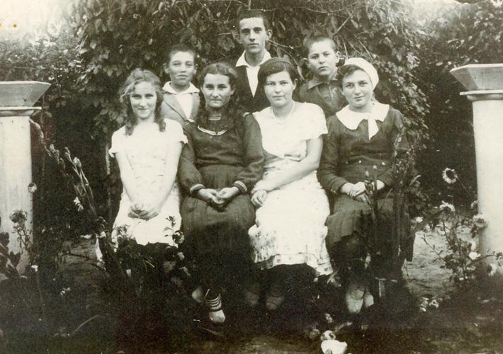 Рафаловская молодежь. Фаня Розенфельд – крайняя слева. Конец 30-х годов
