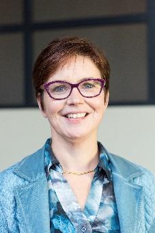 Afbeelding met persoon, binnen, bril, stropdas Automatisch gegenereerde beschrijving