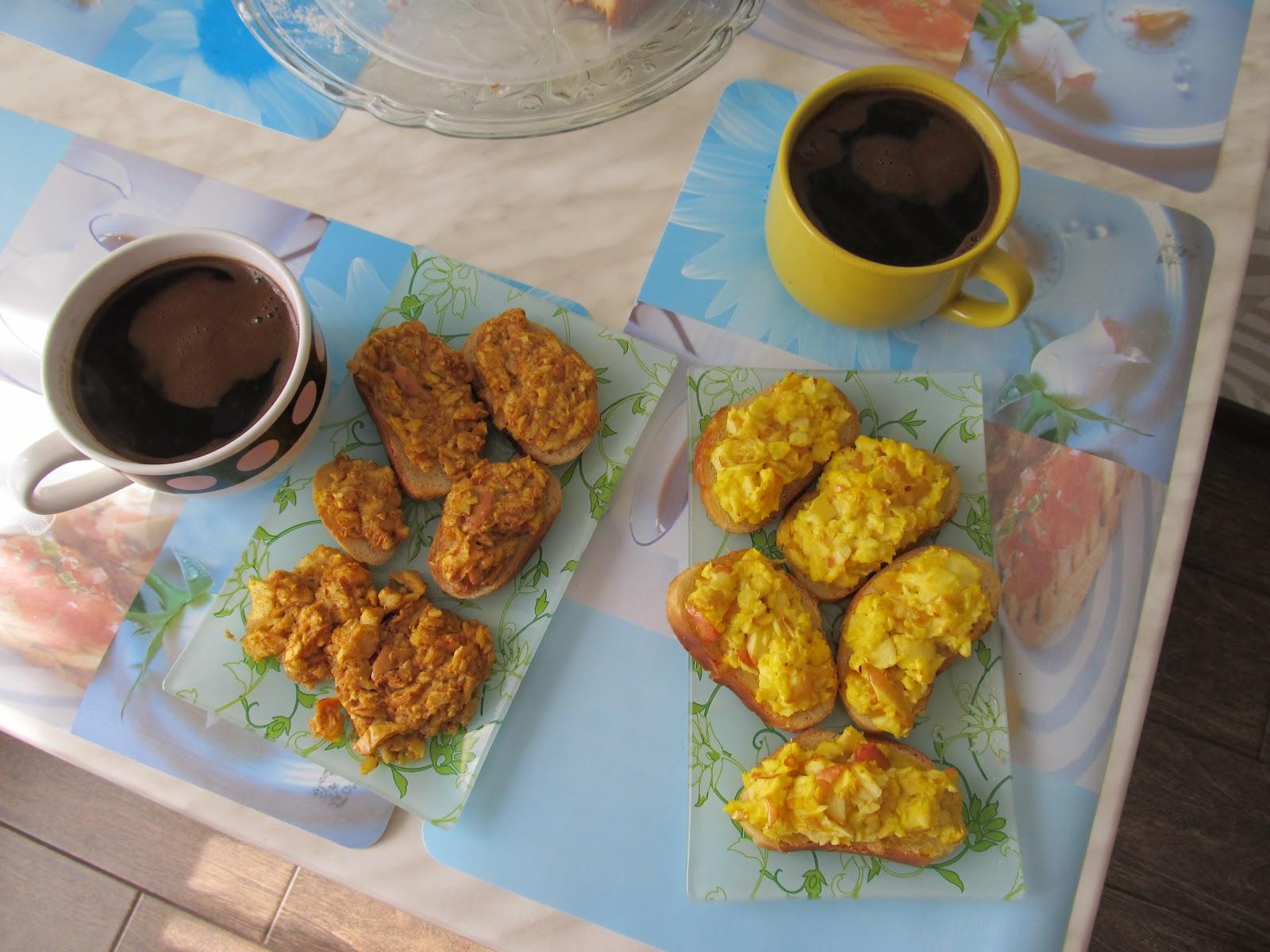Смачний сніданок: кава та грінки, запечені в духовці з яблуками