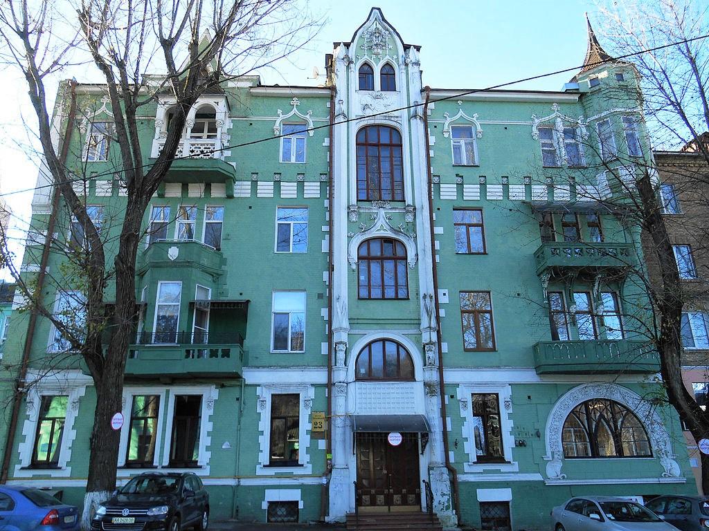 """""""Будинок з котами"""" по вулиці Гоголівській, 23 (сучасний вигляд). Барельєфи котів можна побачити у правому нижньому куті світлини"""