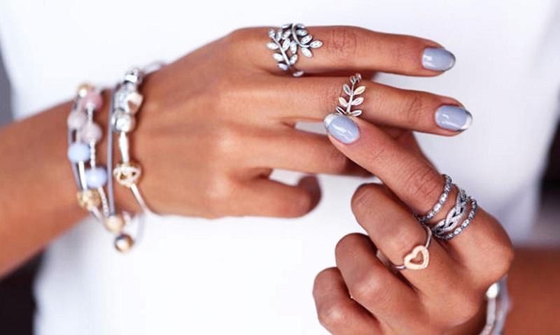 Срібні і золоті прикраси на руках
