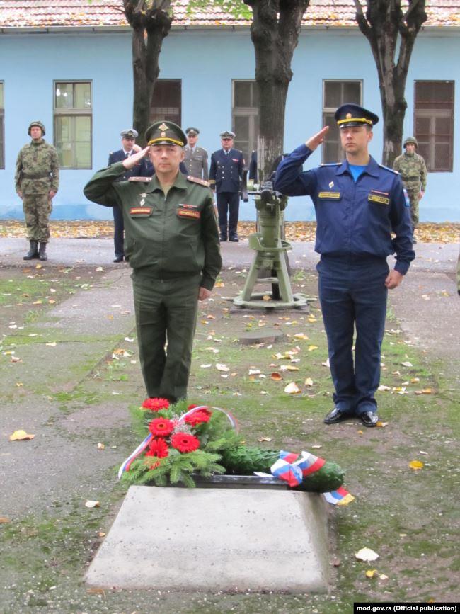 Георгий Клебан (справа) на церемонии возложения венков к могилам матросов-красноармейцев в городе Нови-Сад
