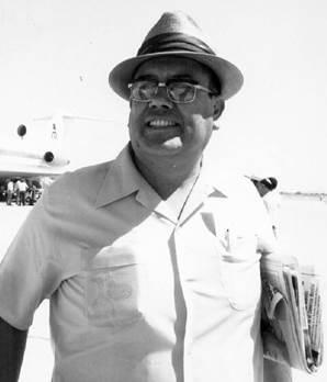 Foto en blanco y negro de un hombre con sombrero  Descripción generada automáticamente