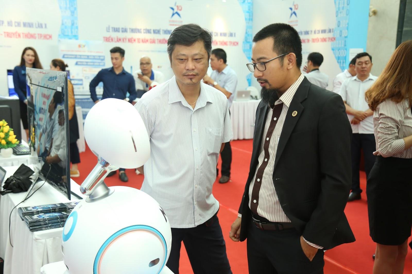 Robot Zenbo thu hút quan khách tham dự