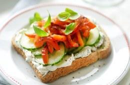 Cheese, pepper & basil open sandwich - 5 a day