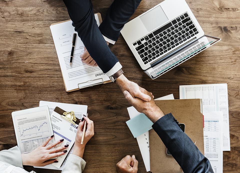 ビジネス, 書類, 契約, ハンドシェイク, オフィス, ラップトップ, コンピュータ, 達成, 同盟