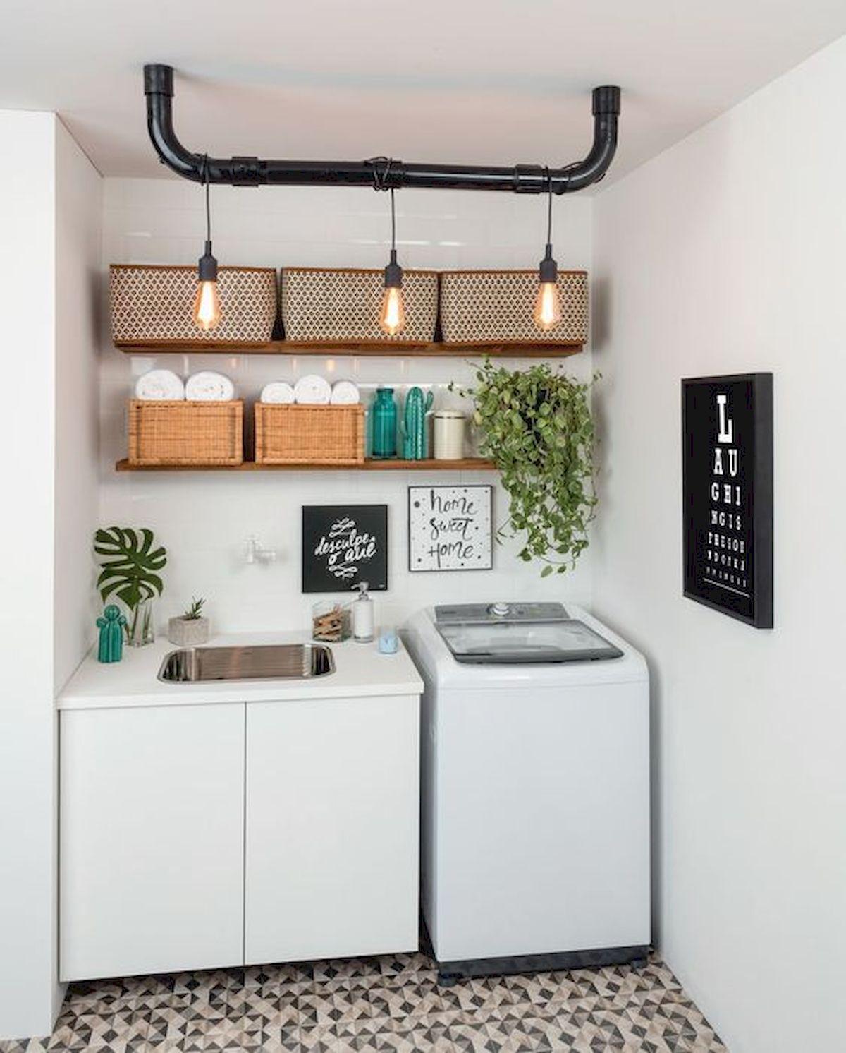 Imagem de uma área de serviços pequena com decoração minimalista. Temos duas prateleiras logo acima de uma pia e uma máquina de lavar.