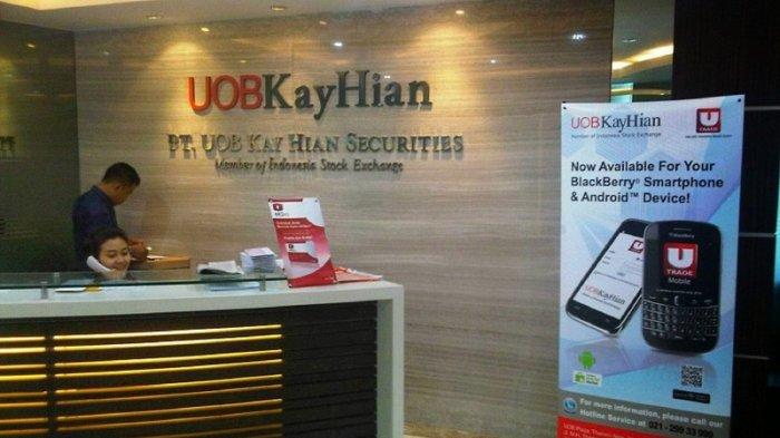 Karyawan di UOB Kay Hian Securities