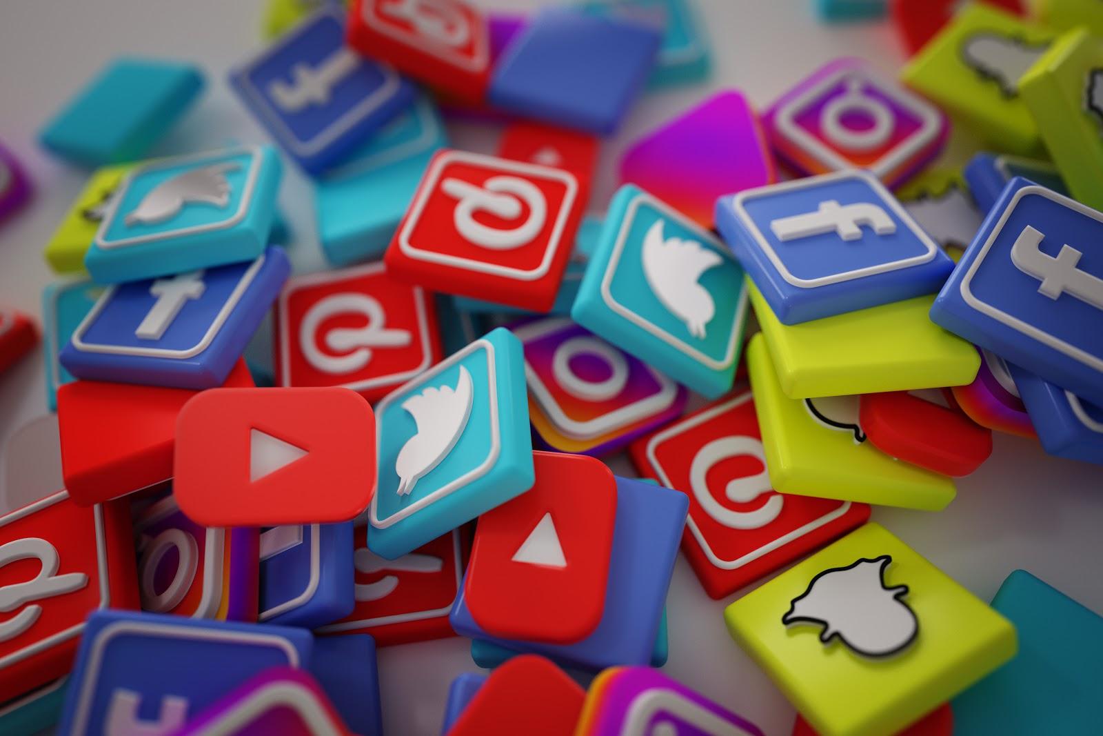 Imagem gráfica com ícones de redes sociais coloridos