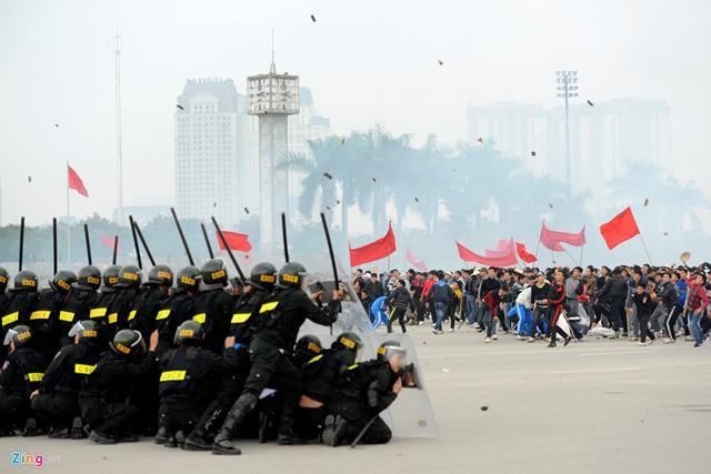 Description: Số lượng người kéo đến gây rối mỗi lúc một đông. Họ mang theo cả gậy gộc cùng vũ khí thô sơ tấn công lực lượng làm nhiệm vụ. Tình hình trở nên rất phức tạp. Các lực lượng cảnh sát phải phối hợp tăng cường để khống chế những kẻ quá khích.