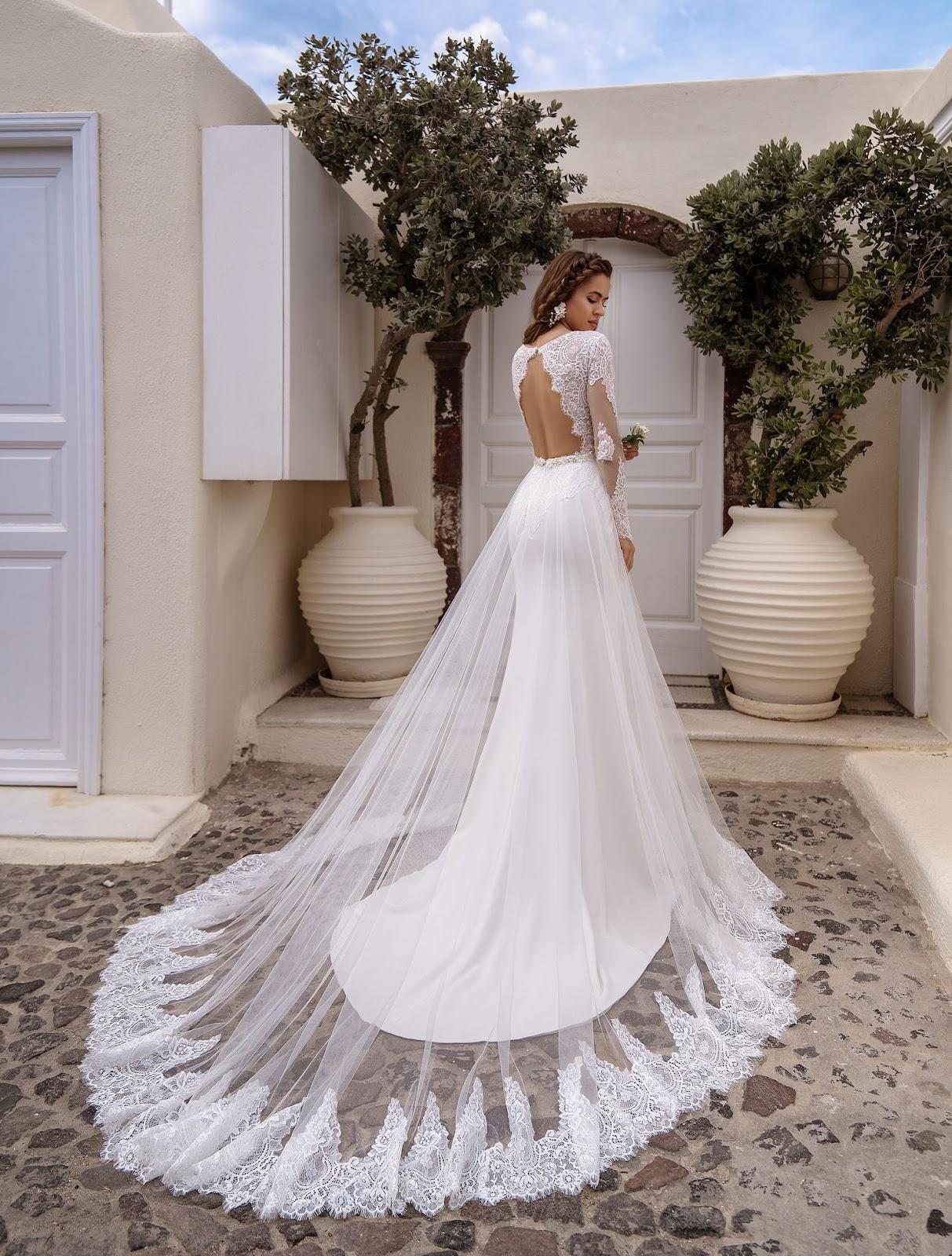 Свадебное платье с рукавами и шлейфом