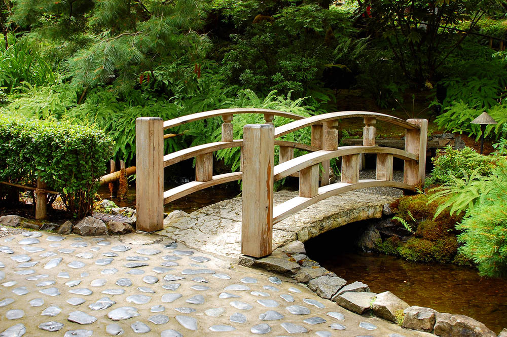Fitur jembatan pada Zen Garden - source: blog.gardenloversclub.com