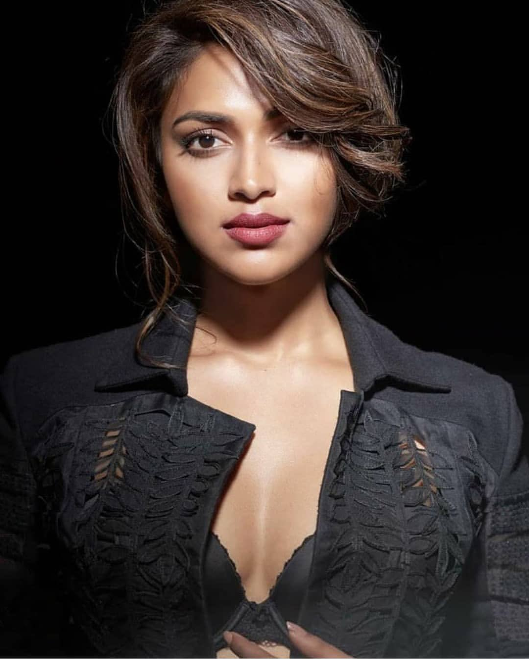 Amala Paul high quality photos stills image | Amala Paul Hot Cleavage Showing in Black bra Navel Queens