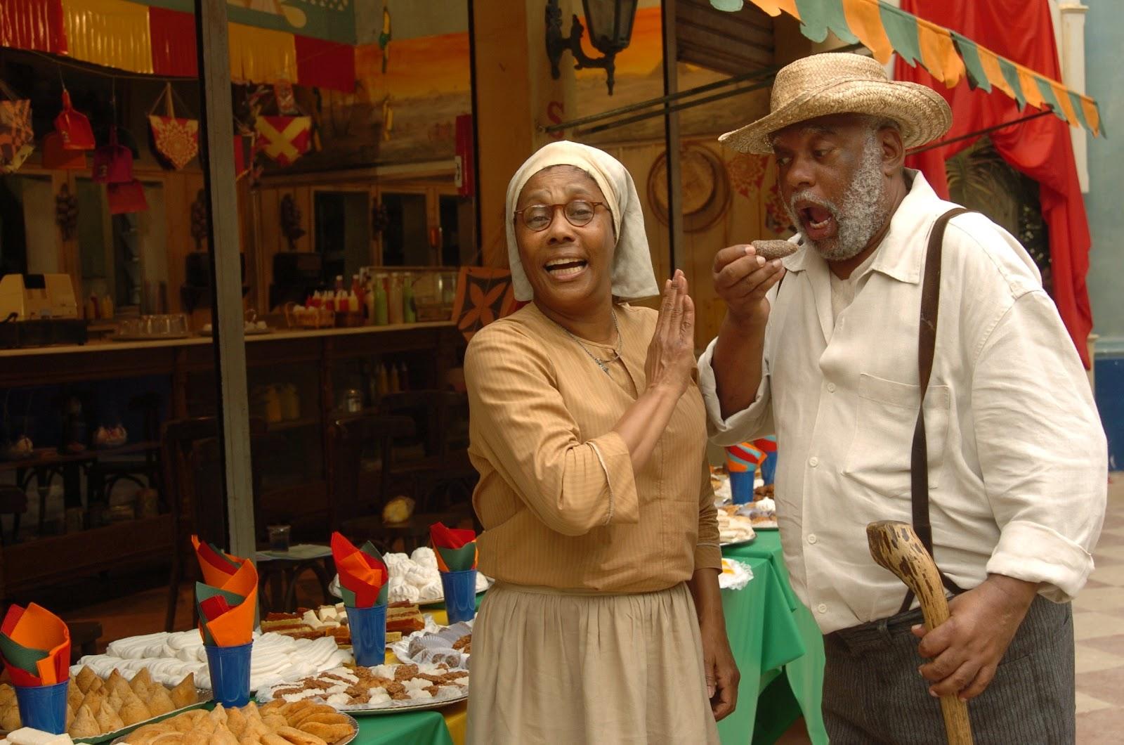 Tia Nastácia (Dhu Moraes) e Tio Barnabé (João Acaiabe) no Sítio do Picapau Amarelo (Foto: TV Globo / João Miguel Júnior)