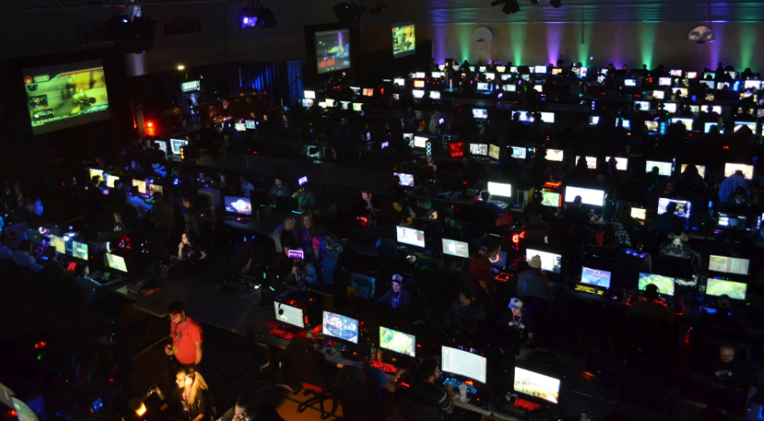 À 200 kilomètres de Montréal, dans le village de Saint-Apollinaire, le réseau PureFibre de TELUS connecte chaque année plus de 300 gamers et streamers qui proviennent des quatre coins du Québec pour participer au Jour de LAN.