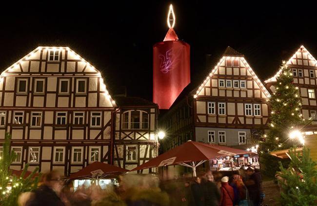 Các căn nhà khung gỗ rực sáng ở một hội chợ tổ chức tại thị trấn Schlitz, bang Hesse, Đức.