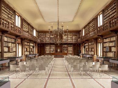 Immagine che contiene interni, biblioteca, scena, soffitto  Descrizione generata automaticamente