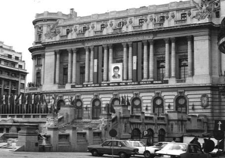 Description: Casa Centrala a Armatei cu                                    portretul conducatorului iubit.