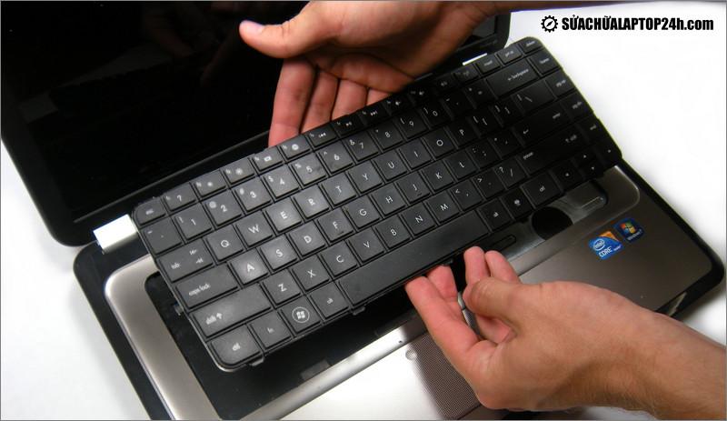 Tháo bàn phím để sửa lỗi laptop bị chập mạch bàn phím