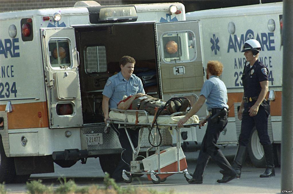 20 августа 1986 года 44-летний Патрик Генри Шеррилл, работник почтового отделения города Эдмонд, расстрелял 14 сослуживцев и ранил шестерых, а потом выстрелил себе в лоб. Выжившие коллеги рассказали, что накануне трагедии у нападающего случился конфликт с начальством
