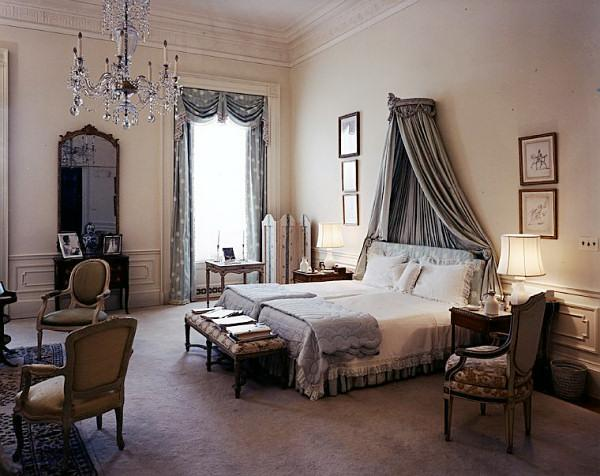 Master-Bedroom-Decorating-with-canopy-and-classic-themes