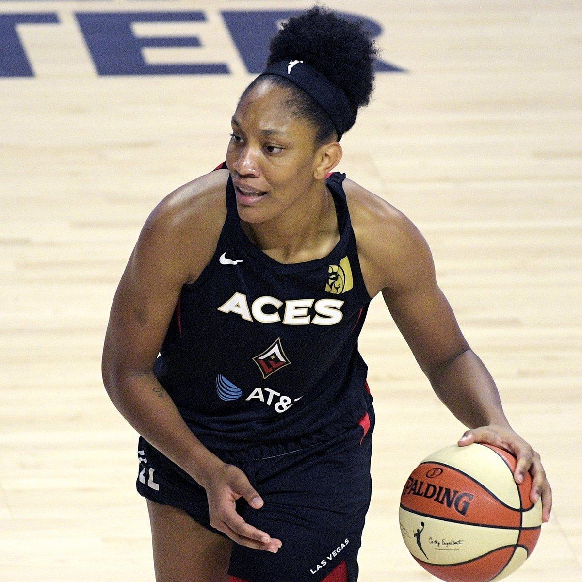 Un jugador de baloncesto  Descripción generada automáticamente con confianza media