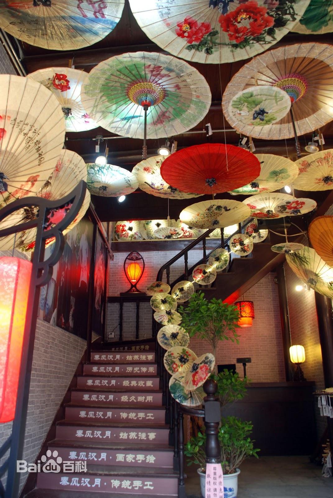 Pintu masuk restoran yang didekorasi dengan chinese umbrella - source: pinterest.com
