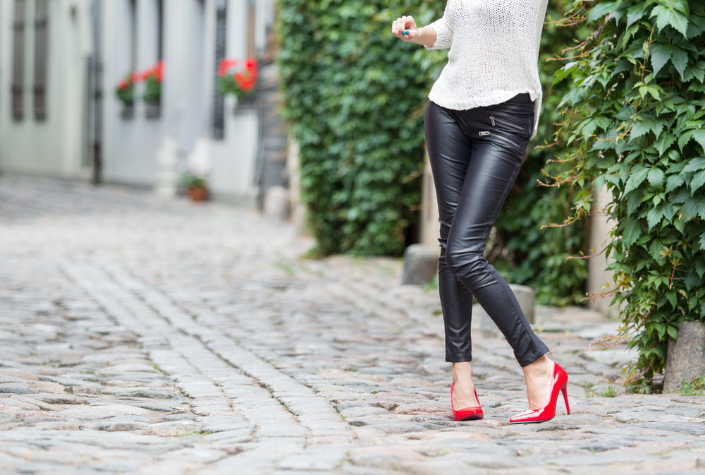 a legging é bem justa então na hora da escolha, prefira cores escuras, tamanho ideal ao seu corpo e que fique confortável sem marcar aquelas gordurinhas que você quer esconder.