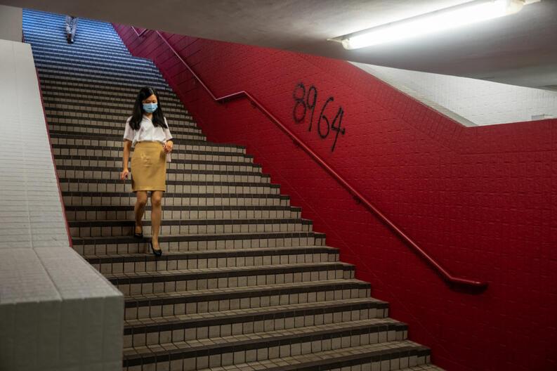 coronavirus mujer camina usando cubrebocas honk kong china junio 4 2020 1217499159
