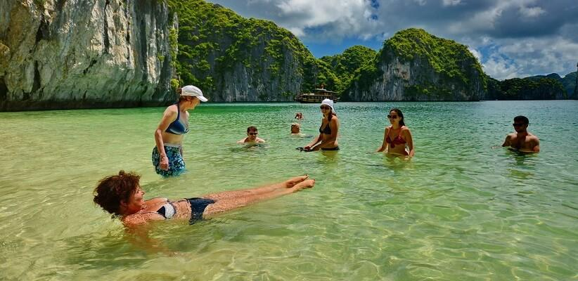 Tắm biển tại Cát Bà