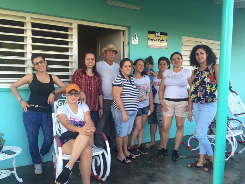 foto grupo de personas cubanos y colombianos en hogar de cuba
